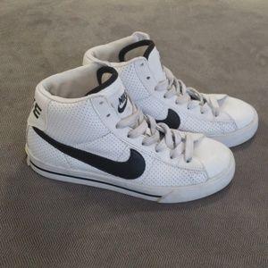 Kids high top Nike gender neutral, retro. Size 4Y